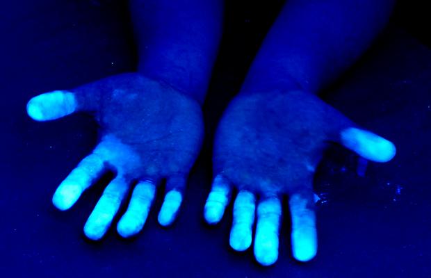 Ультрафиолет помогает оттереть пену