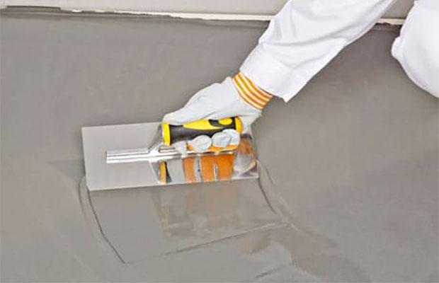 Один из плюсов полимерцементной изоляции - в простоте обработки поверхностей, для этого используется обычный шпатель