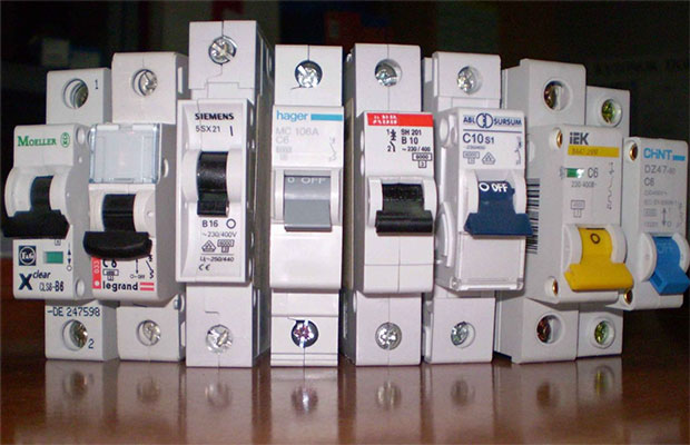 Автоматический выключатель нужен для отключения и включенияпринеобходимости электрических цепей