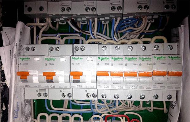 Номинал автомата определяется в соответствии с сечением проводов и кабелей