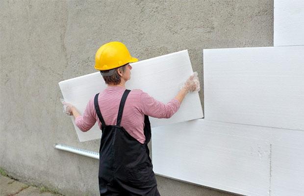 Пенопласт необходимо плотно прижать к приклеиваемой поверхности и удерживать несколько минут