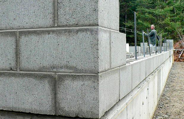 Газобетонные блоки изготавливают из цемента, извести, воды, кварцевого песка и алюминиевой пудры