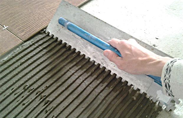 Толщина плитки с клеем зависит от размера и типа плитки, качества поверхности и выбора клеевого состава