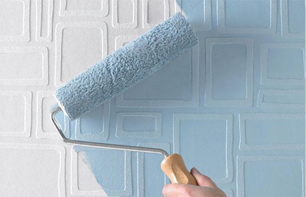 Лучше всего для окрашивания оклеенных стен подходит акриловая, латексная и водоэмульсионная облицовка