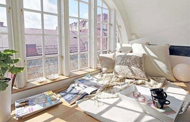 Если панорама окна постоянно будет открыта, достаточно установить подоконник на высоте 20-40 см.