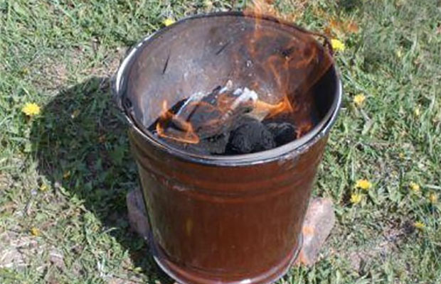 Просушить погреб за 12 часов поможет жаровня из ведра с березовыми дровами