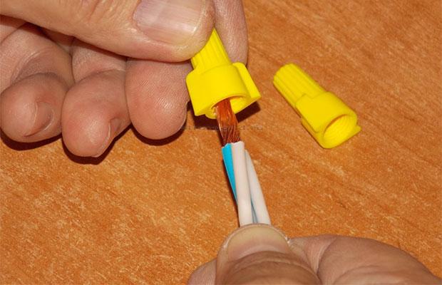 Соединение проводов монтажными колпачками