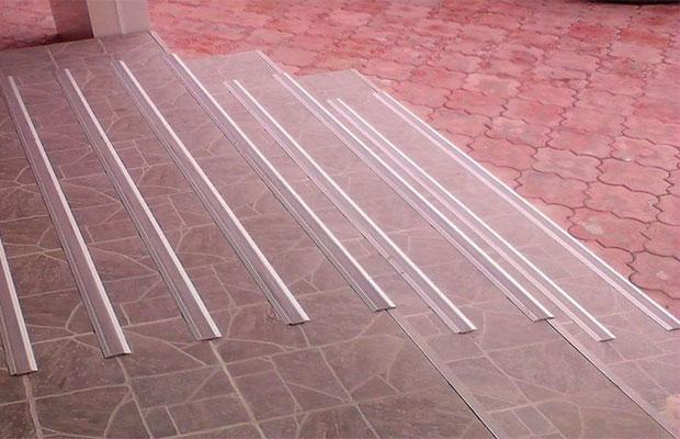 Противоскользящие покрытия из алюминия производятся в виде отделочных профилей