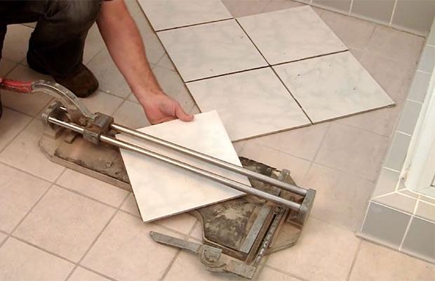 Резка плитки ручным плиткорезом
