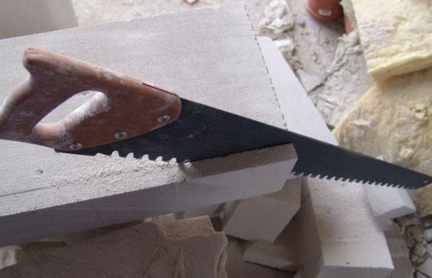 Если в постройке не предполагается наличие сложных углов и поворотов, приобретите ручную ножовку