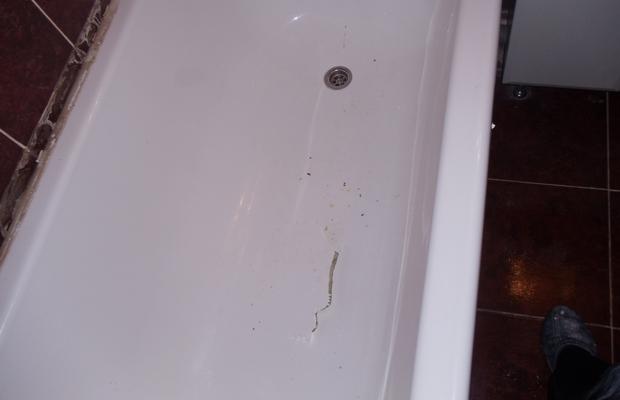 Серьезная царапина на дне акриловой ванны