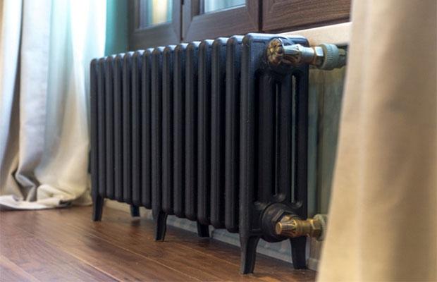 Чугунный радиатор хорошо впишется в классический дизайн комнаты