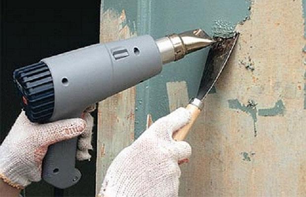 Старая краска нагревается феном и сразу же счищается