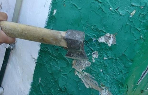 Очистка стен с помощью топорика - трудоемкий и долгий способ