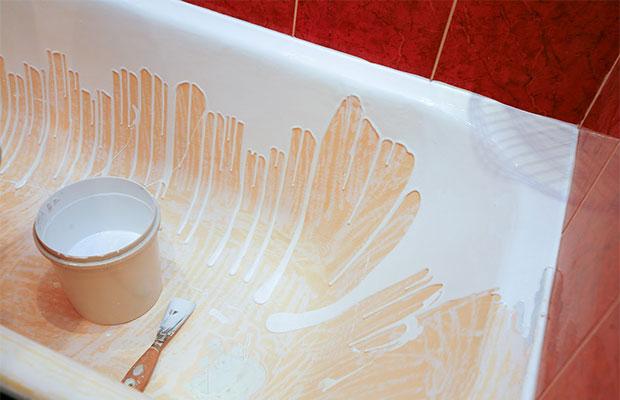Акрил наливается тонкой струей по бортикам ванны