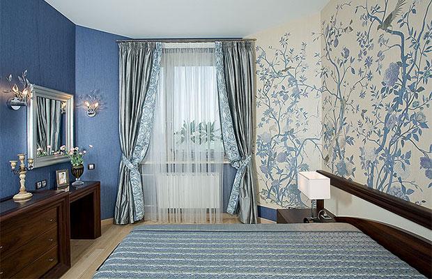 Комбинированные обои в спальне позволяют скрыть недостатки
