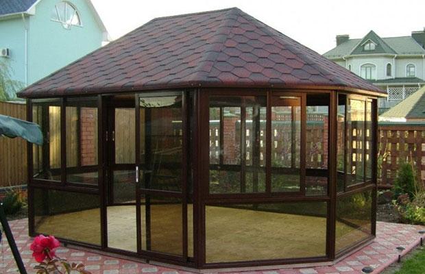Поликарбоната характеризуется отличной звукоизоляцией, что позволяет возводить павильоны закрытого типа