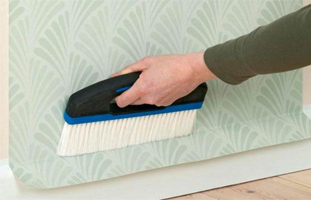 Когда возникает необходимость оклейки стен на краску – возможные причины