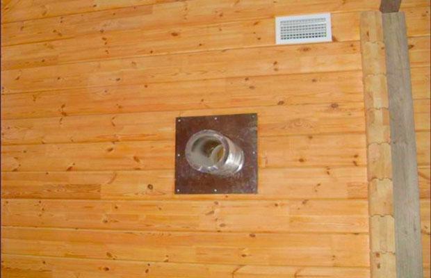 Если одна из стен является внешней, можно сделать естественную вентиляцию