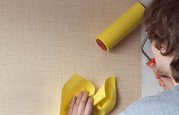 Бумажные обои имеют низкую прочность, так что работать с ними нужноочень осторожно