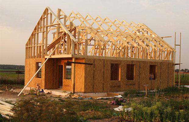 Каркас будущей крыши состоит из стропильной системы