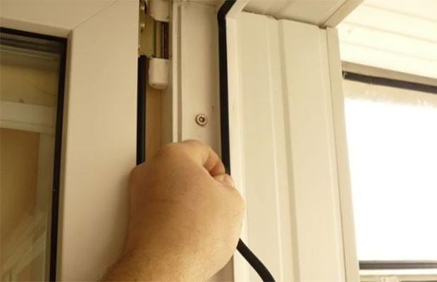 После длительной эксплуатации дверис перекосом уплотнитель деформируется, и требуется замена