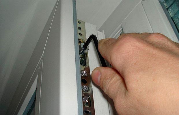 Для настройки пластиковых дверей не требуются сложные инструменты