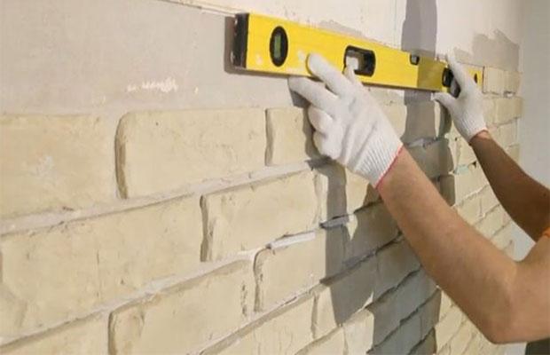 Кирпичики из гипса приклеиваются на стену так же, как плитка