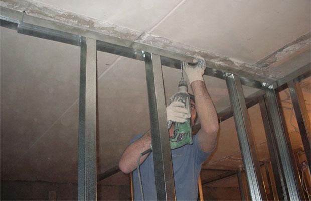 Направляющие крепятся к стене с помощью дюбелей и саморезов