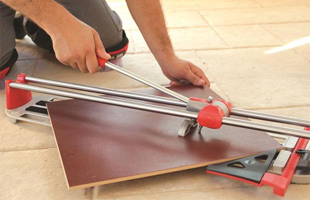 Ручной плиткорез - удобный инструмент, подходящий для обработки достаточно толстой плитки