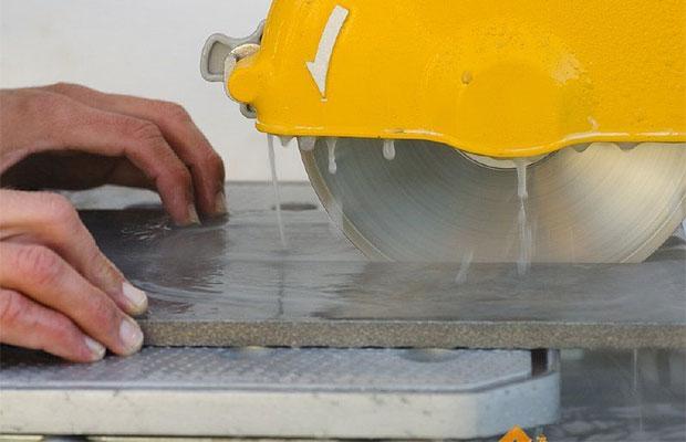 Водяная пила - профессиональный инструмент, подходящий для резки любой плитки