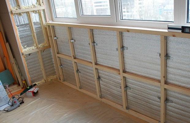 Для обрешетки понадобятся деревянные рейки и профильные элементы из металла