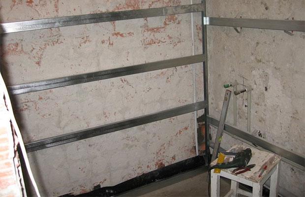 В помещениях с повышенной влажностью рекомендуется металлический каркас