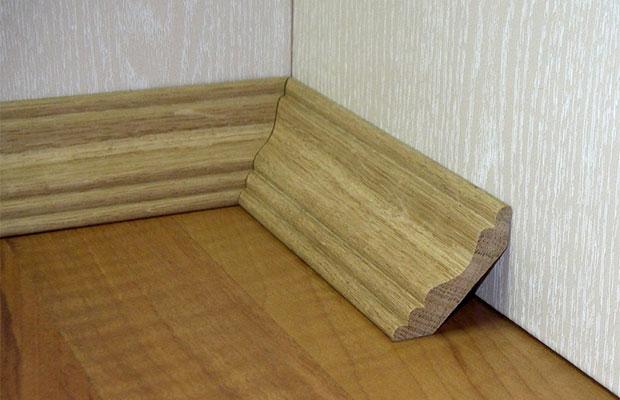 Классический плинтус из массива дерева устанавливают к паркету и покрытию из досок