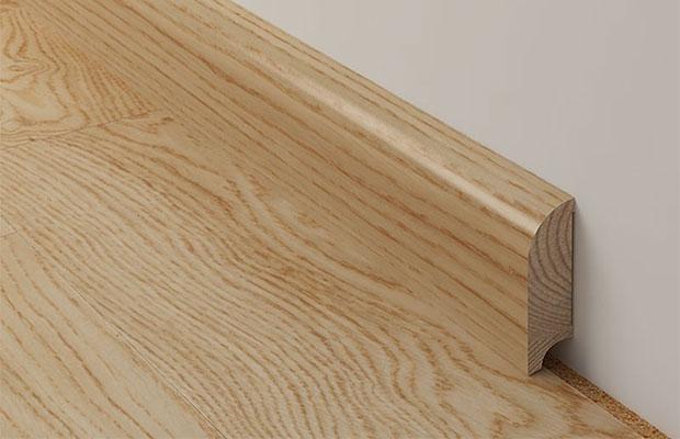 Изделие из шпона намного дешевле, но тоже отлично подойдет к деревянным полам