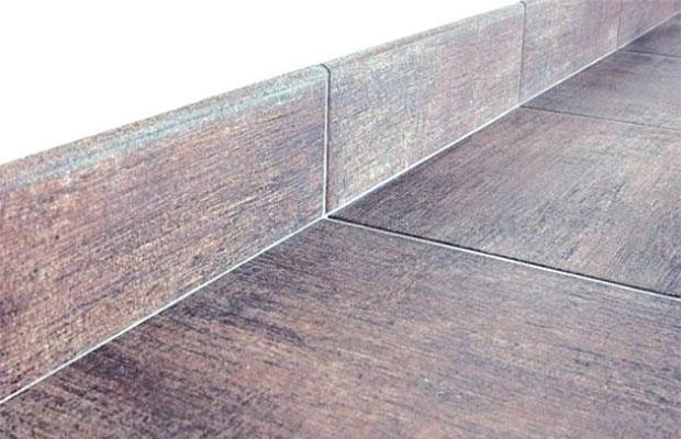 Керамический плинтус идеально подойдет к полу из аналогичной плитки
