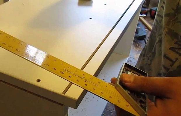 Перед тем, как приступить к монтажу кухонных шкафчиков, необходимо произвести разметку