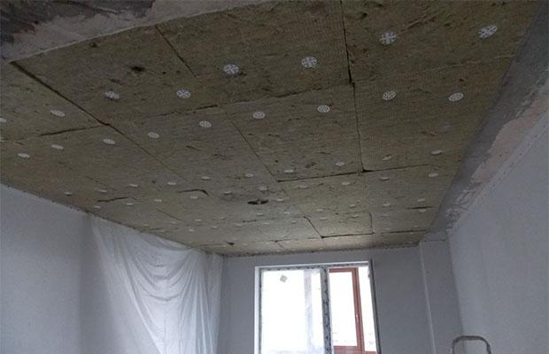 Если шум от соседей сверху слишком сильный, поможет звукоизоляция потолка