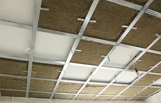 Проще всего сделать шумоизоляцию, разместив материалы между базовым и натяжным потолком
