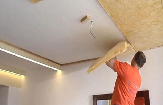 Один из вариантов фиксации изолятора к потолку - с помощью клея
