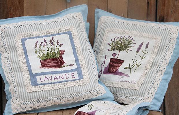 Коллекция подушек с рюшами и вышивкой подчеркнет деревенский стиль