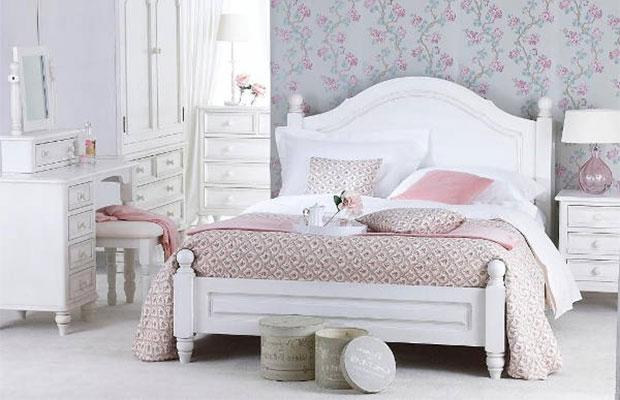 Кровать лучше выбрать белого или серого цвета, с декоративными окантовками и резными ножками