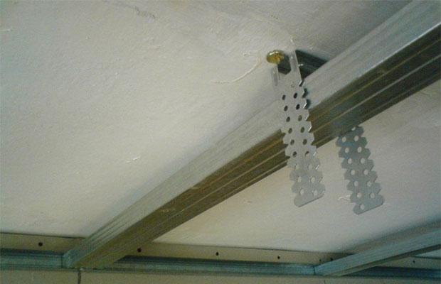 Прямые подвесы понадобятся для крепления профилей к потолку или стенам
