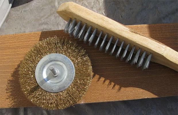 Основной инструмент, который понадобится для браширования, - щетки-крацовки