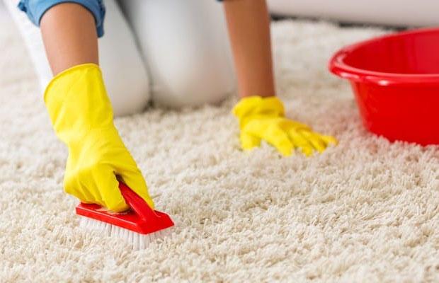 Для очистки ковров с длинным ворсом хорошо подойдет нашатырный спирт, смешанный со стиральным порошком