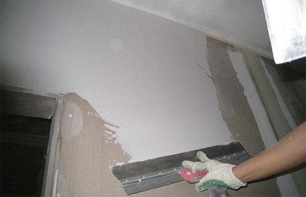 Шпаклевкатакже выравнивает стены, делая незаметными более мелкие щели и неровности