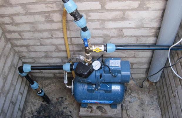 Насос закачивает воду из скважины в гидроаккумулятор