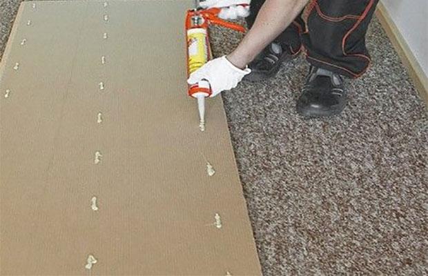 Клей наносится на внутреннюю сторону панели тонкой пунктирной линией