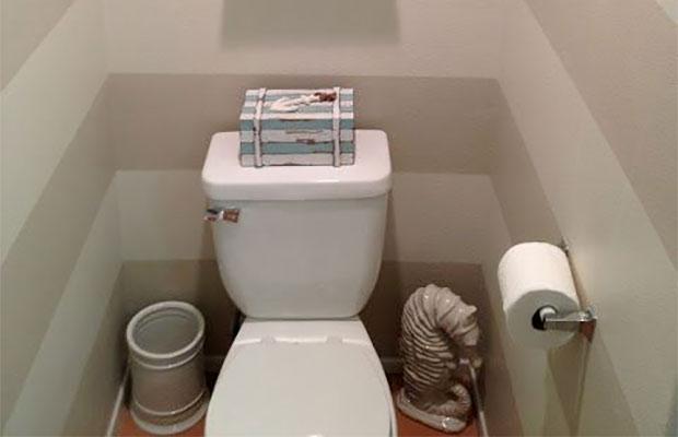 Чтобы не выравнивать стены и потолок под плитку,можно использовать моющуюся краску