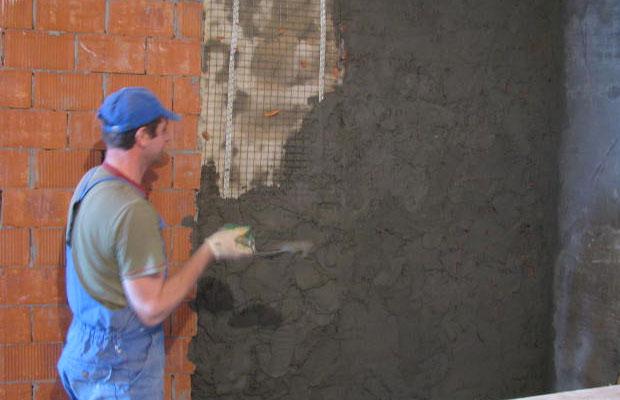 С помощью штукатурки выравнивают стены, маскируя значительные неровности и дефекты